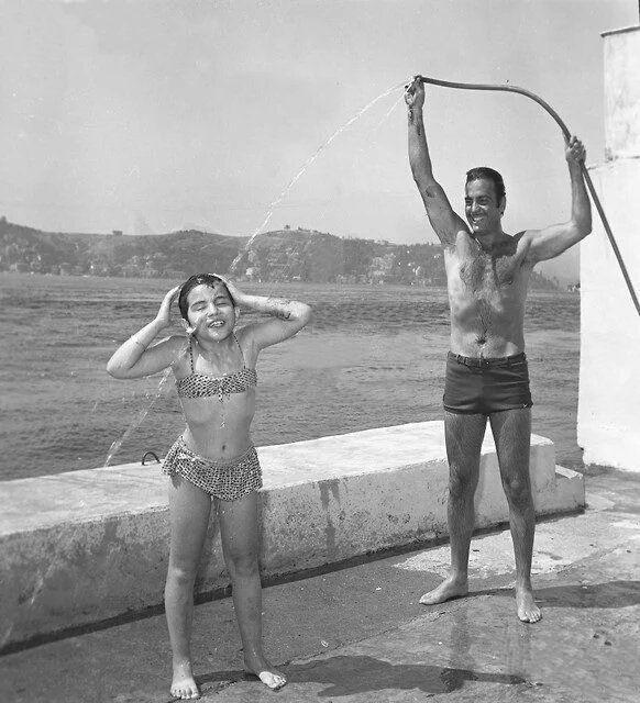 Ayhan Işık ve kızı Boğaziçi'nde (1966)