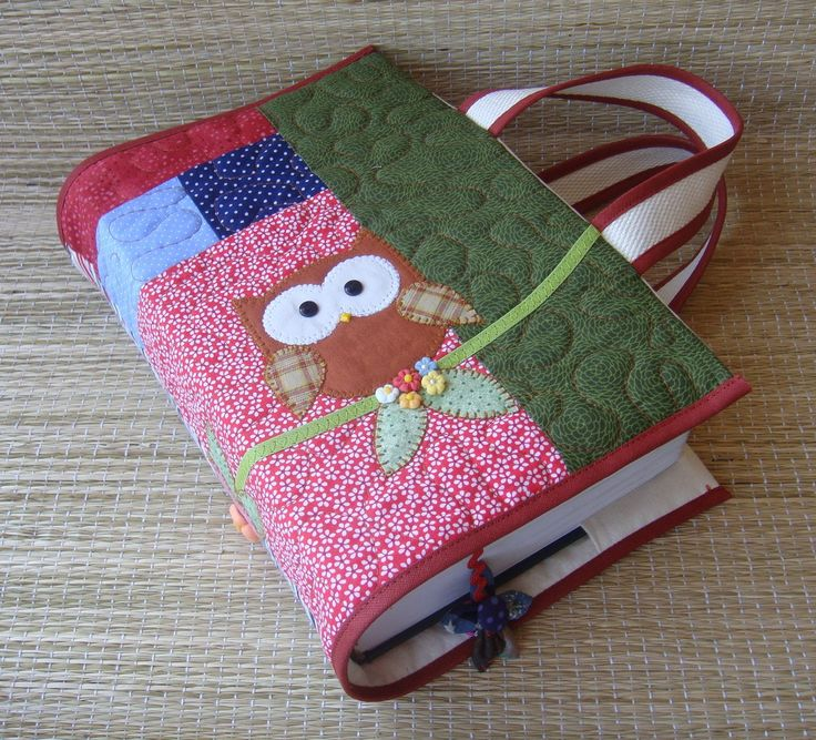 Capa para livro em patchwork confeccionada em tecido de algodão, estruturada com manta acrílica, com aplicações, marcador de páginas e alças para carregar.   Medidas aproximadas : A=27cm X L=43 cm (capa aberta) Cabe um livro de 8 cm de espessura. Serve nos livros : (Vade Mecum e Código de Process...