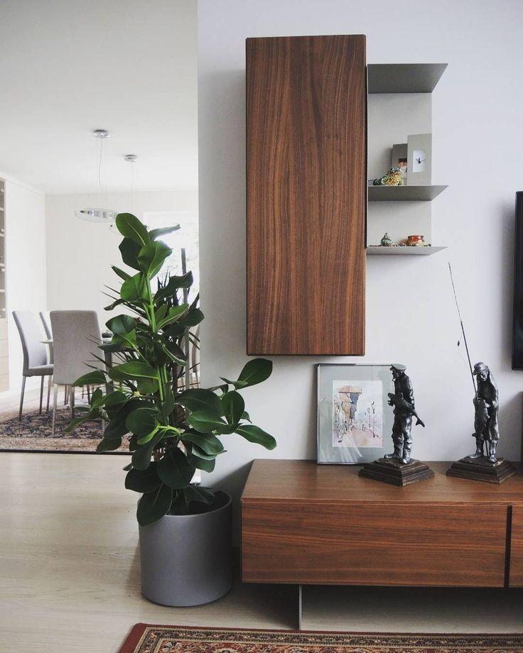 Kolejna odsłona pięknego wnętrza naszych Klientów! System regalowy Lugano i półka Como na pierwszym planie, natomiast Krzesła Nico, stół Milano w tle. Piękne wnętrza!  Bookcase and wall systems   BoConcept Trójmiasto  BoConcept Gdynia  #bctrojmiasto