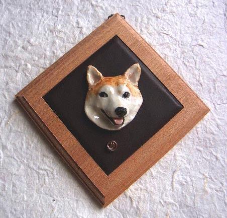 柴犬のレリーフ壁飾り陶製レリーフを木製額(本革トリム)の壁飾りに壁掛け金具つきレリーフサイズ:40mm×45mm額サイズ:10cm角|ハンドメイド、手作り、手仕事品の通販・販売・購入ならCreema。
