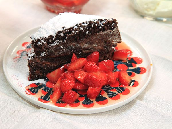 Sockerkaka fylld med nutella och vispad grädde. Serveras med jordgubbar kokta i amaretto.