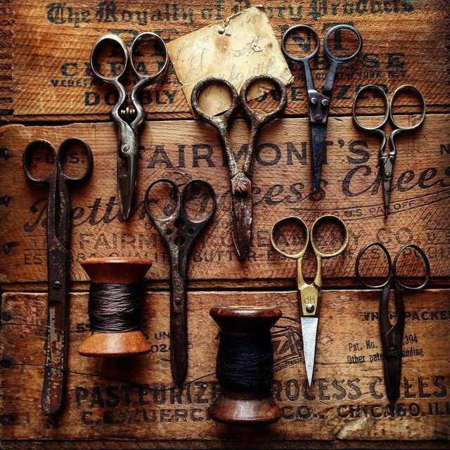 時光會為物品帶來一種味道與風貌 » ㄇㄞˋ點子靈感創意誌 repinned by www.rubylane.com #vintagebeginshere vintage sewing embroidery scissor display