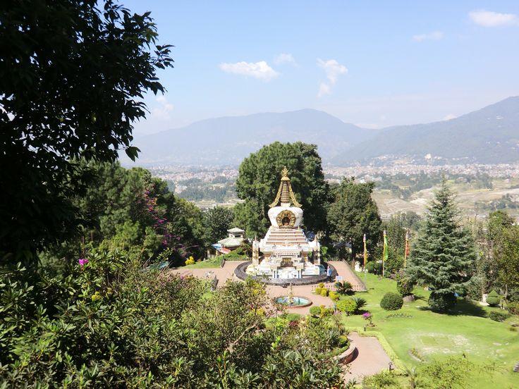 Uitzicht vanaf het hoogste punt van de tuin bij het Namo Boudha klooster