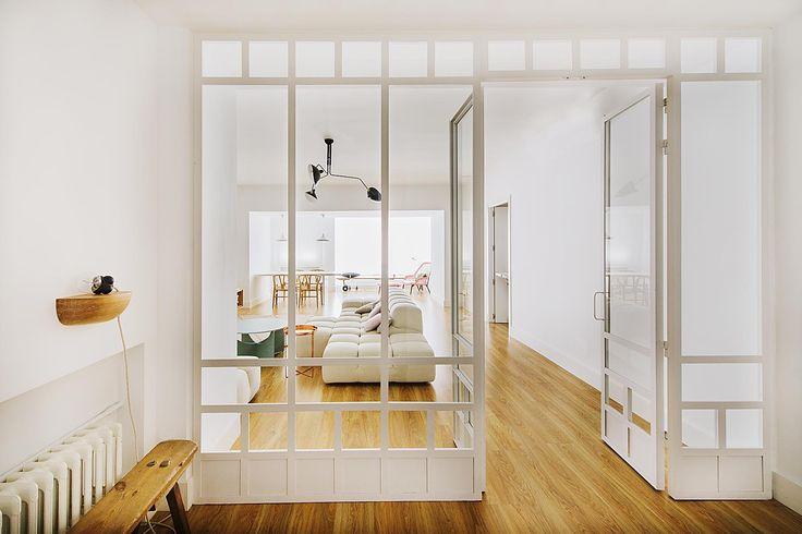 Luminosa reforma en Chamberí Estas puertas blancas de hierro y cristal diseño de Nimú fueron la solución de las interioristas para conseguir que el salón fuera más íntimo, manteniendo la sensación de espacio abierto.