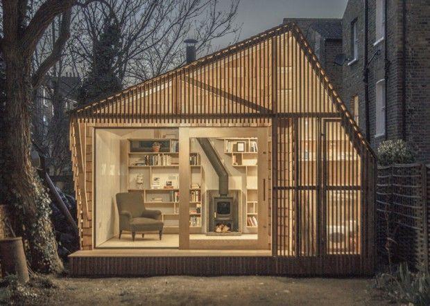 Cachée au fond d'un jardin londonien, cette cabane lumineuse a été conçue par le studio britannique WSD Architecture à la demande d'un écrivain en quête d'un abri de lecture et de repos. Le but était de concevoir ce petit studio à l'image de la passion du propriétaire, la littérature pour les enfants et la mythologie. Les architectes ont ainsi créé une cabane qui dispose d'une façade rétro-éclairée grâce à un revêtement en bois strié. L'intérieur blanc abrite une grande bibliothèque…