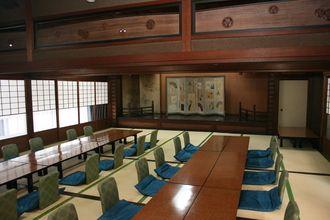 Okayama Bizen 岡山(おかやま)備前(びぜん) 全国唯一のチオビタ・ドリンク製造工場と備前焼の里をめぐる(備前市) おかやま旅ネット ゑびすや荒木旅館  北大路魯山人や直木賞作家・柴田錬三郎など多くの著名人に愛される老舗旅館。大広間にある舞台では、かつて美空ひばりが歌を披露したこともあるそう! 宿泊だけでなく、料理だけの利用も可能(要予約)で、備前焼の器に美しく盛られた山海の幸を堪能できます。