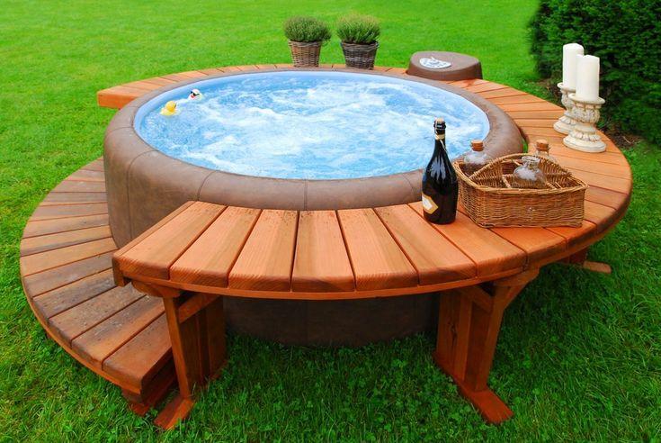 Übersprudeln vor Energie mit einem Whirlpool im Garten