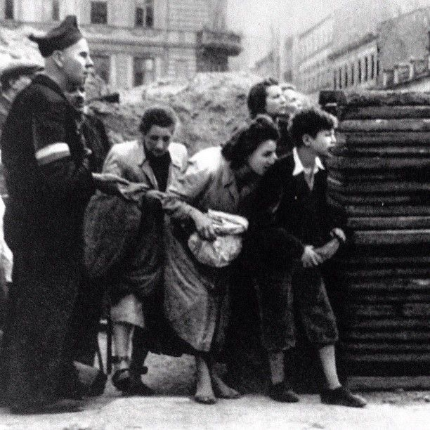Warsaw Uprising 1944. Civilians and insurgents are waiting for the best moment to cross the street under enemy fire.  Source: Dni Powstania