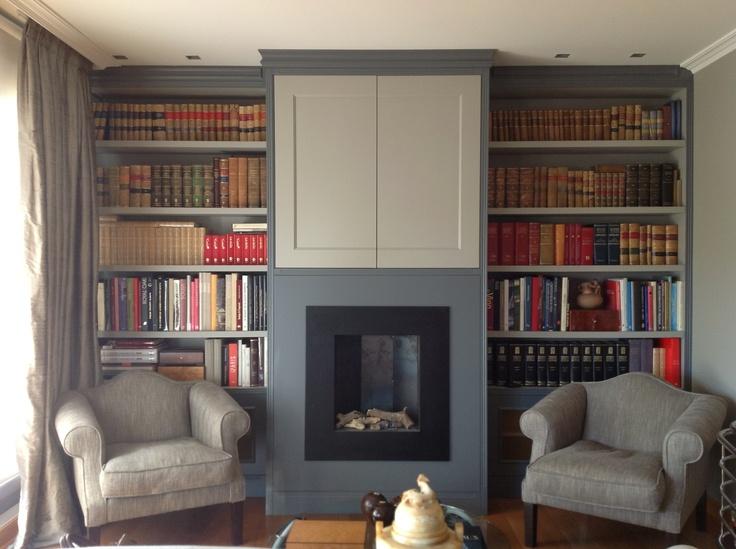 La libreria con chimenea central... se escogieron tonalidades en diferentes grises..