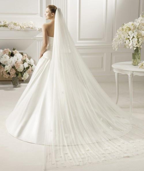 Velo de novia en color blanco estilo catedral - Foto Pronovias