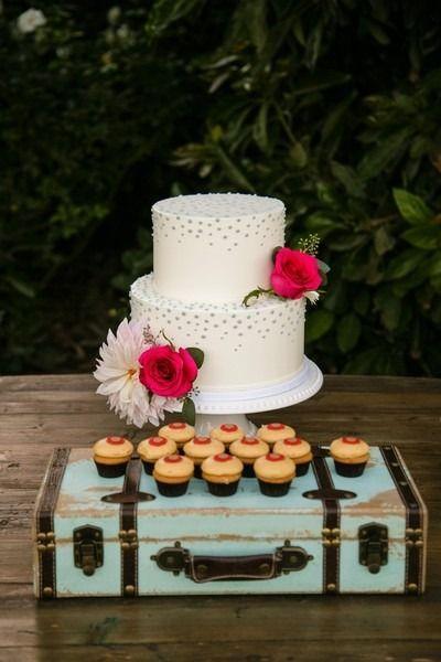 awesome Pièce montée 2017 - Idée de gâteau de mariage moderne - gâteau de mariage à deux niveaux avec glaçage blanc et fl ...