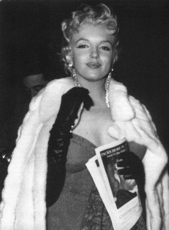 On February 8, 1956 , Marilyn Monroe attend the premiere of the play 'Middle of the Night' , by Joshua Logan (who directed  Bus Stop ), with actor Edward G. Robinson, the Anta Theater of New York .