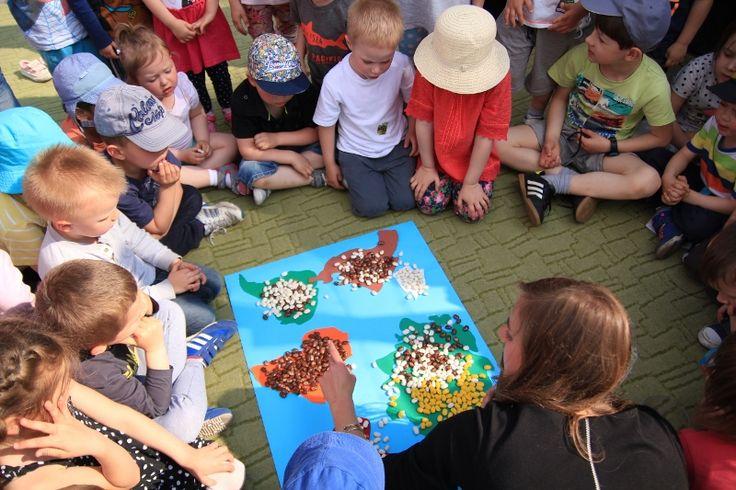 """""""Dzieci Świata"""" to edukacja przez świetną zabawę! Uczestnicy warsztatów poznają zakątki całego świata. Przez brazylijski taniec, afrykańską muzykę, sztukę origami i wschodnie sporty (jak np. sumo) poznają nowy, jeszcze """"inny"""" świat, a wiedza rozbudzi w nich postawę szacunku, otwartości i tolerancji. Zapraszamy!"""