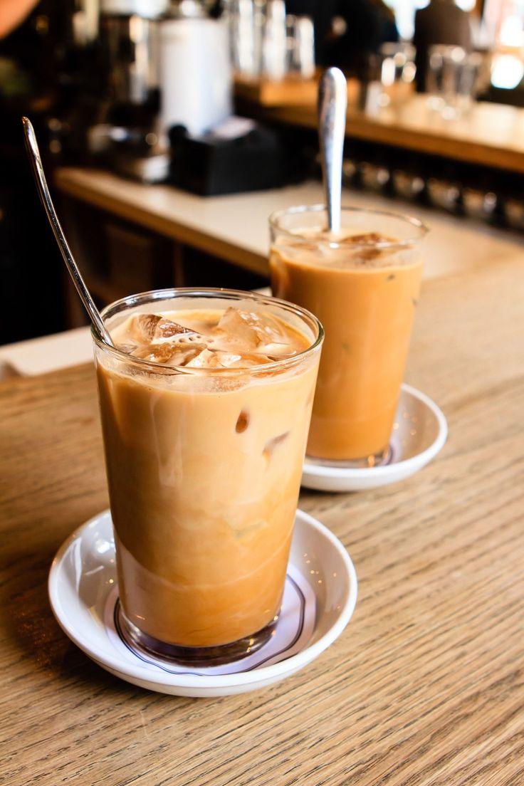 Preparación de café frío con licor de almendras amargas Introduzca los cubitos de hielo en la coctelera (o en la batidora). Añada el licor, después el café caliente y, por último, el azúcar de caña líquido. Agite bien durante al menos 30 segundos. Ingredientes para 2 personas: 2 cafés exprés   2 vasos de licor de almendras amargas   7 cubitos de hielo   1 o 2 galletas de almendras amargas desmenuzadas