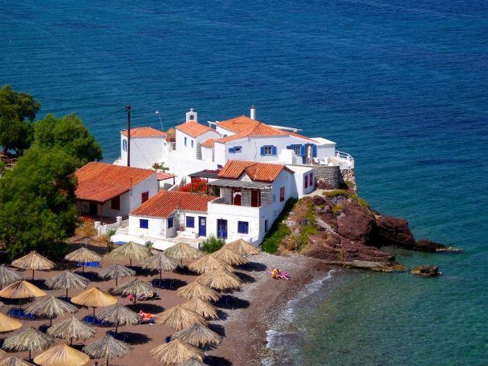 Vlichos beach in Hydra town