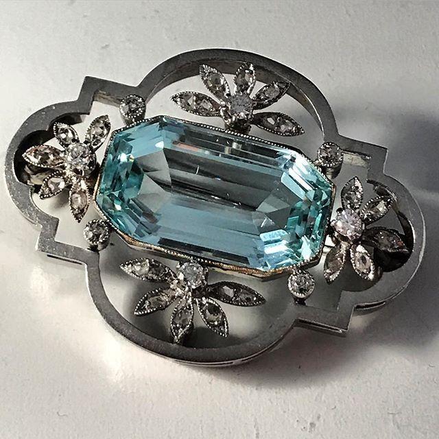 بروش من الماس والبلاتين مرصع بحجر كبير من الاكوامارين في منتصفه من مقتنيات الملكه نازلي Reem Royal Jewelry Jewelry Sapphire Ring