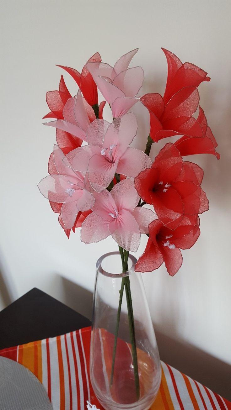 Květiny vyrobené z drátku  a  punčoch