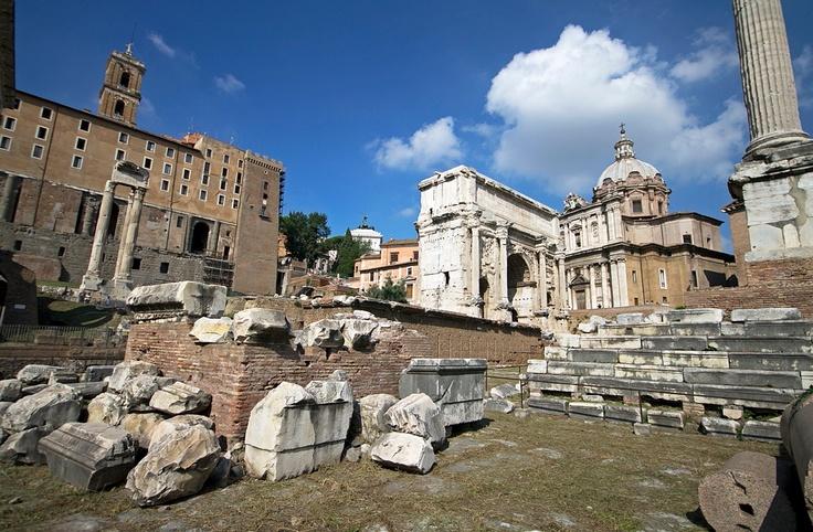 Templo de Vespasiano e Tito - As tres columnas situadas detrás do rostra pertencen a este templo (na imaxe, á dereita das seis columnas do templo de Saturno). Os emperadores da dinastía Flavia (Vespasiano, Tito e Domiciano, s.I d.C.) deixaron tras eles gran número de monumentos, como o Coliseo ou os palacios do Palatino. Na parte inferior da imaxe podemos observar o Clivus Capitolinus, un camiño en costa que subía ata o templo de Xúpiter no Capitolio.