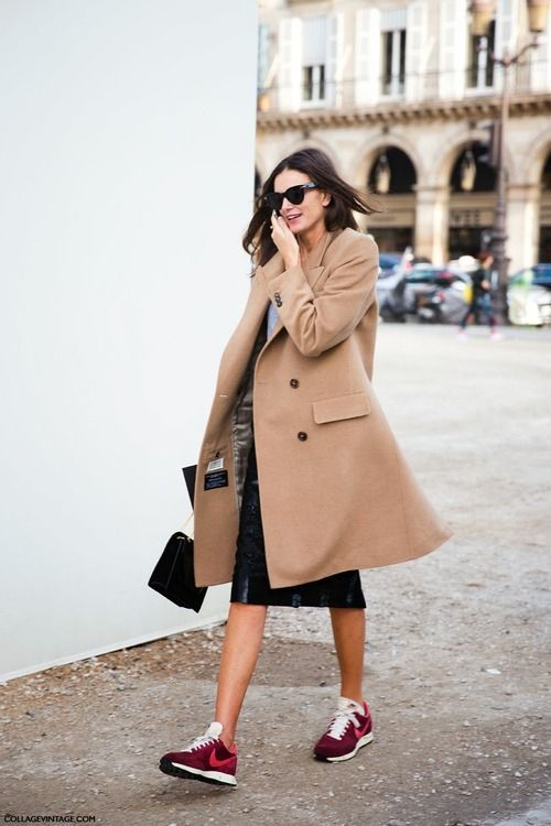 Sneakers femme - Nike bordeaux, jupe midi et manteau camel