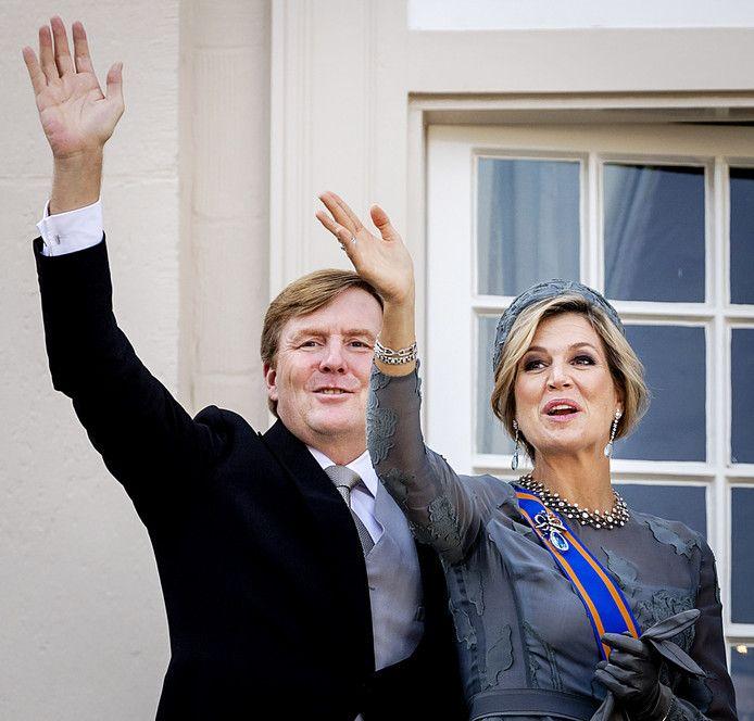 Koning Willem-Alexander en koningin Máxima zwaaien vanaf het balkon.