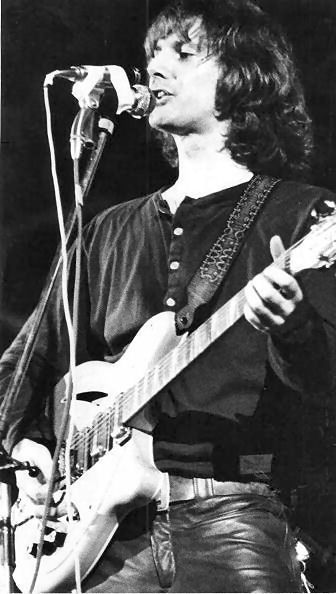 James Roger McGuinn es un cantautor y guitarrista estadounidense. Es conocido sobre todo por haber sido el cantante y guitarra solista en muchos de los discos de The Byrds. Es un miembro del Rock and Roll Hall Of Fame por su trabajo con los Byrds.