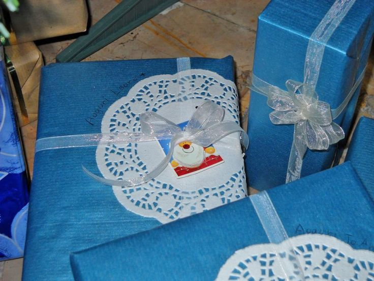 Pacchetto regalo: carta da pacchi azzurra, centrino per torte di carta, adesivo natalizio e nastrino