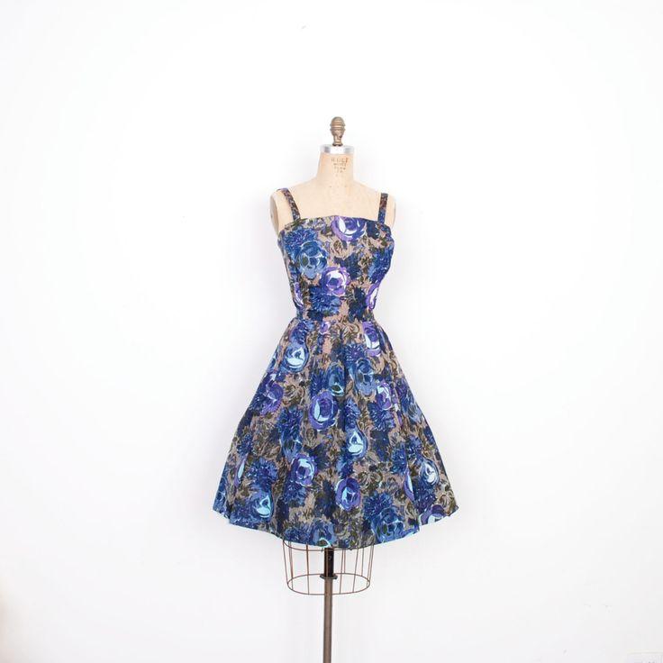 Vintage jaren 1950 jurk / 50s Gigi Young Floral Taffeta partij jurk / Blue (kleine S)  Prachtig jaren  50 partij jurk door Gigi Young gedaan in een prachtige blauwe bloemen taffeta. Jurk beschikt over een unieke dubbele panelen bodice, dunne bandjes, een volledige rok en een sjerp terug stropdas. Bovenlijfje heeft stijver interfacing om zijn vorm te houden, de rok is bekleed. Metalen ritssluiting in de rug. Perfect voor borrels en bruiloften van de zomer!  Moderne grootte: S Materiaal…
