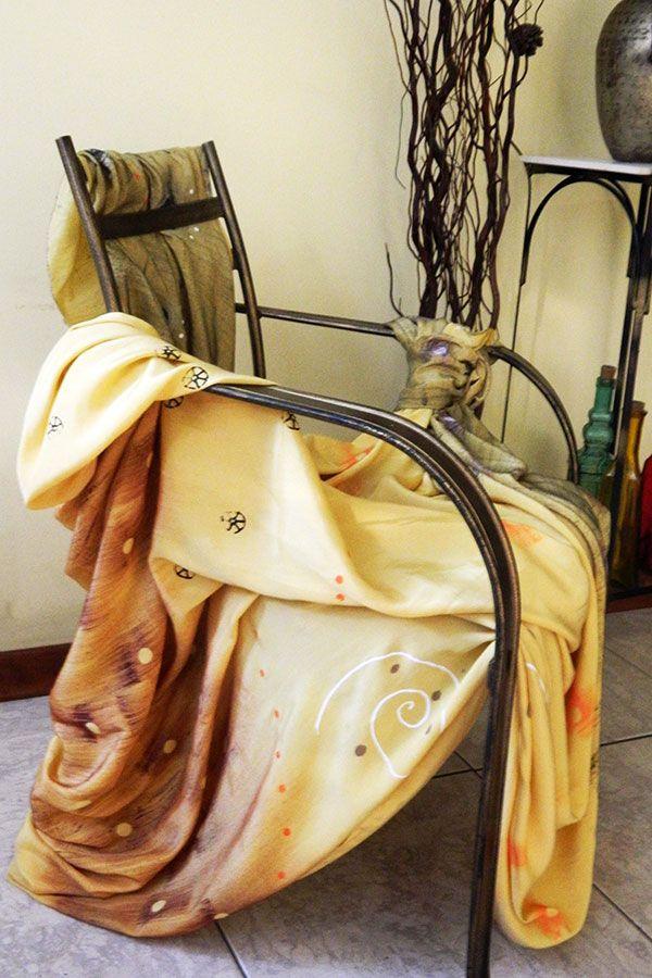 Decoração de cadeira com tecido viscose Javanesa com estamparia manual nas cores amarelo canário, branco, laranja, marrom e preto.