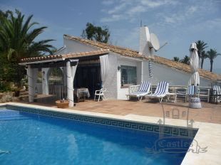 Charming villa affording spectacular and unobstructed sea views from its elevated position on Punta Chullera / La Paloma de Manilva.