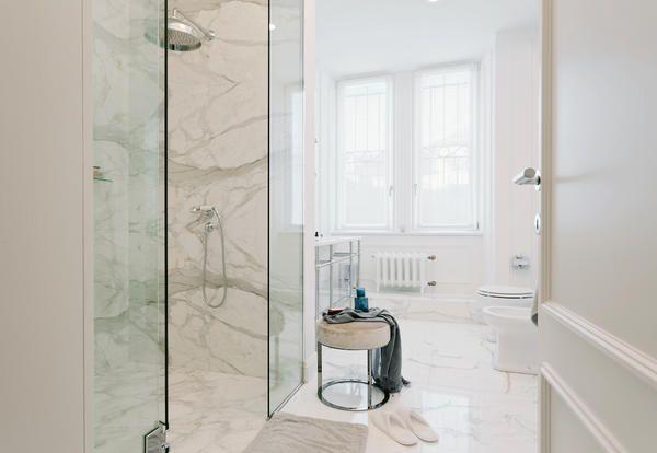L'appartamento firmato dallo studio Nomade Architettura fonde ispirazioni british e gusto Made in Italy per un mix tra eleganza e stile