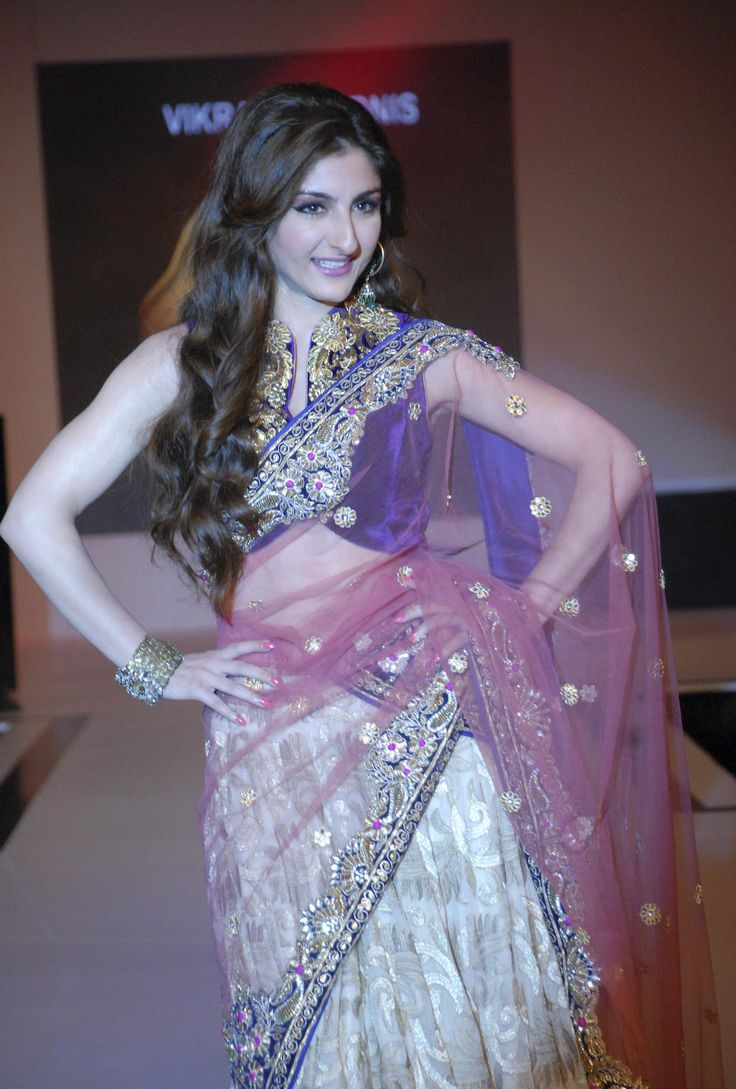 She walks to make a ritzy statement. Get allured by her charm, ladies and gentlemen, Soha Ali Khan Pataudi.