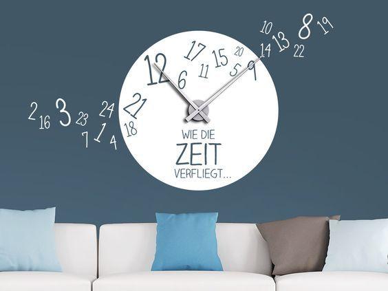 Wie schnell die Zeit doch verfliegt! So schön verfliegt die Zeit an der Wand. Die Wanduhr wird angebracht wie ein normales Wandtattoo. Zusätzlich zum Ziffernblatt einfach das mitgelieferte Uhrwerk an der Wand befestigen, fertig ist die ausgefallene Uhr mit Spruch!
