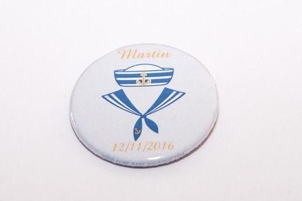 Badges format 45 mm - personnalisables avec la date et le prénom de l'enfant. Bonne idée cadeau pour les baptêmes, communions ou les naissances. Les badges sont en vente par q - 17777129
