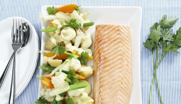 Bakt laksefilet med potet- og grønnsaksalat, Fotograf: Synøve Dreyer