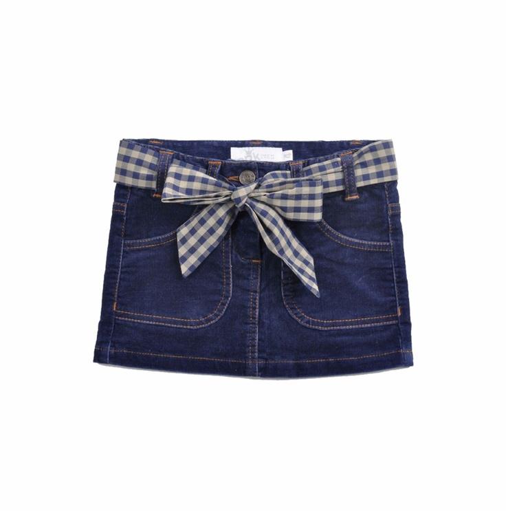 Falda en color azul marino de corduroy para niña. Con cinturón de tela estampada de cuadros en azul marino y verde olivo.