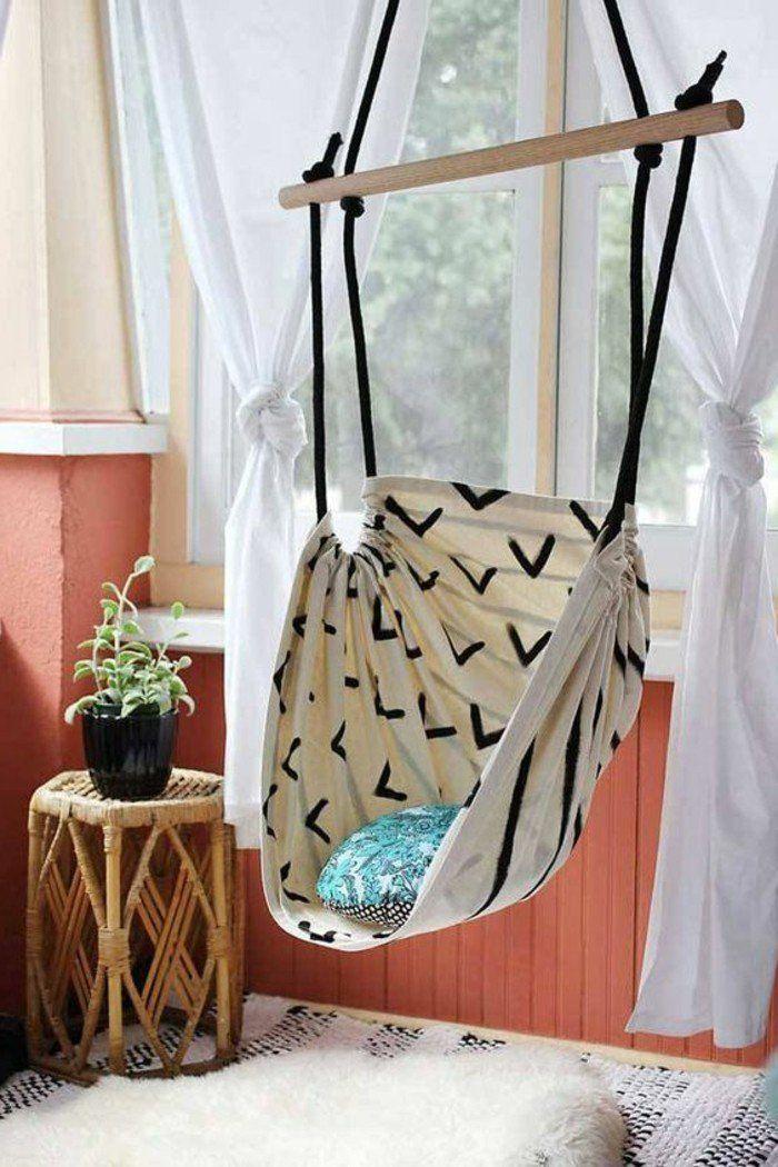 chaise suspendue en tissu beige, mur en orange, idées pour la chambre d'ado fille