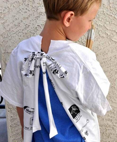 crédit photo Creative Ruminations La peinture est l'une des activités préférées de mes enfants. et bien sûr, qui dit peinture, dit tâches à coup sûr. C'est pourquoi j'avais cousu des tabliers de peinture. Mais si vous n'avez pas le temps de coudre, vous avez également cette option proposée par Bethany du blog Creative Ruminations : coupez un t-shirt et accrochez deux liens à nouer dans le dos. Facile, non? Utilisez ce tutoriel si vous devez vous occuper d'un groupe d'e...