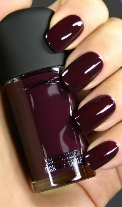 Diseños de uñas tono ciruela oscuro borgoña morado negro