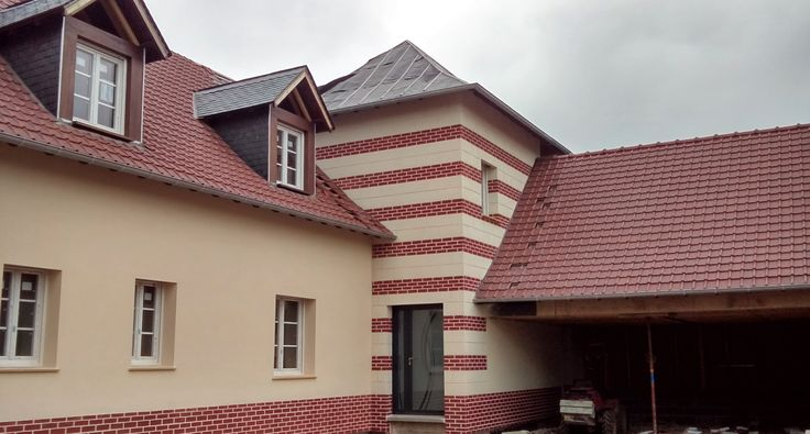 Un ravalement de façade aspect pierre : l'enduit Decopierre® vous laisse le libre choix des couleurs et des formes...