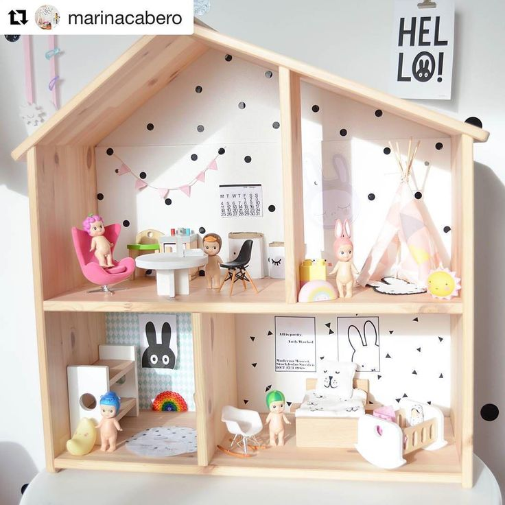 Hylltips! Ikeas hylla/dockskåp funkar super till böcker och alla pysselsaker eller varför inte inreda med Sonny Angels?! Den här är inredd av @marinacabero #hylltips #ikeaflisat #ikea #flisat #dockskåp #dockhus #sonnyangel