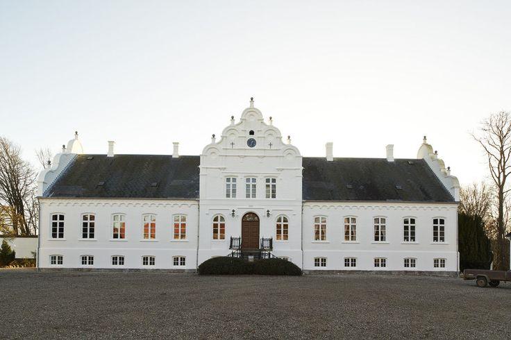 Rynkebygård Gods, der nævnes første gang i 1358. Gården ligger i Ringe Sogn