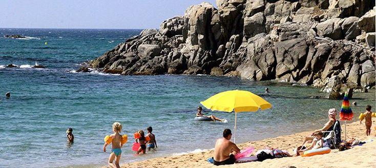 Camping Cala Gogo  Deze camping vlakbij de gezellige badplaats Platja d'Aro bevindt zich te midden van het groen van één van de heuvels direct aan zee. Een zeer toeristisch gebied met veel winkels bars en restaurants. Ideaal voor wie een vakantie zoekt in het teken van ontspanning op het schitterende nabijgelegen strand maar ook voor watersportliefhebbers.  Ligging: op slechts 1.5 km van het levendige stadje Platja d'Aro. Vanaf de camping kunt u gemakkelijk de steden Girona (38 km) en het…