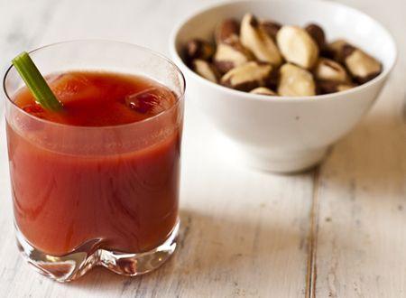 Bloody Mary  50ml (01 dose) de vodka    100ml de suco concentrado de tomate    15ml de suco de limão tahiti    Molho inglês a gosto    Pimenta do reino a gosto    Sal (se tiver desidratado melhor)    Tabasco    Gelo    Aipo ou salsão, para decorar    Sal de aipo, para finalizar