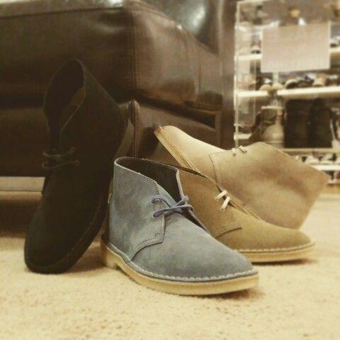 De Clarks Desert Boots al sinds de jaren 50 een Originals klassieker en nog steeds een ijzersterk silhouet door de eenvoudige lijnen en de bekende crêpe zool!! Voor zowel mannen als vrouwen. Weer ruim op voorraad... Bij wat voor een outfit zou jij ze dragen? #desert #originals #clarks #clarksoriginal