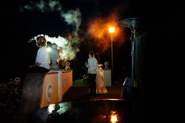 Chateau Liblice.Свадьба в Чехии. Свадебный фотограф в Чехии: гости наблюдают за фейерверком на свадьбе