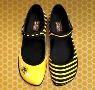 bumble bee shoes: Fashion Shoes, Fun Shoes, Design Shoes, Bees Fashion, Bees Shoes, Honey Shoes, Bees Knee, Bumble Bees, Chocolates Design
