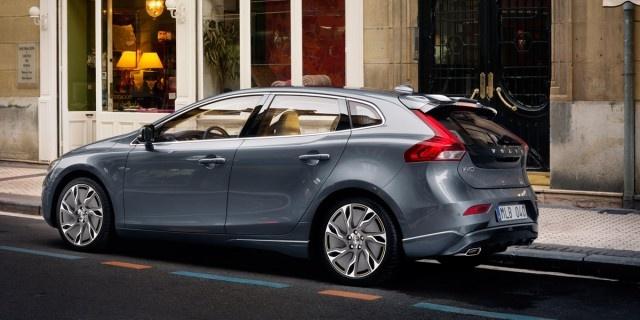 Volvo V40: El tamaño justo  El nuevo compacto de Volvo ya está listo para su presentación oficial en el Salón de Ginebra y la marca sueca nos ha dejado verlo unos días antes. Se situará entre los actuales C30 y S40 y será un digno rival para los Mercedes Clase B o Audi A3 Sportback.