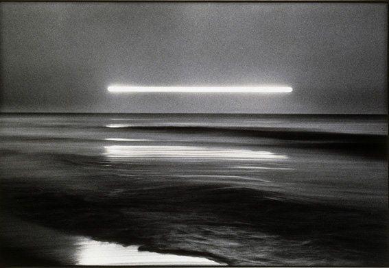 Hiroshi Yamazaki (1946 – 2017) Photographe autodidacte, il entreprend en1974 la série « Héliographie » dont le titre est emprunté au procédé de l'inventeur de la photographie, Nicéphore Niépce, auquel il s'identifie dans sa démarche artistique. Le sujet de cette série est la mer et le soleil, comme toutes celles que Yamazaki réalisera par la suite. En installant son appareil face à la mer, il enregistre les déplacements du soleil au dessus de l'horizon avec une très longue exposition. [...]