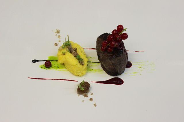 Il cervo… ribes rosso,castagne e polenta. Una ricetta d'autore dello Chef Luigi Ferraro di come cucinare il cervo.
