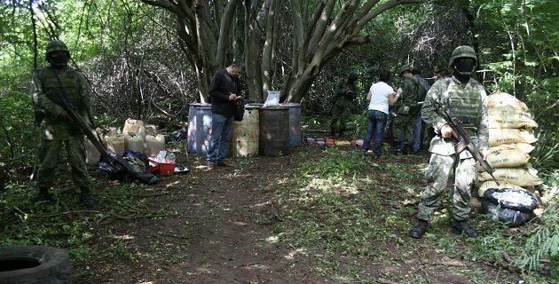 El hallazgo se efectuó gracias a patrullajes terrestres del personal castrense, quien localizó un narcolaboratorio cuando recorría los márgenes de la presa Constitución de Apatzingán, en el municipio de Jilotán ...